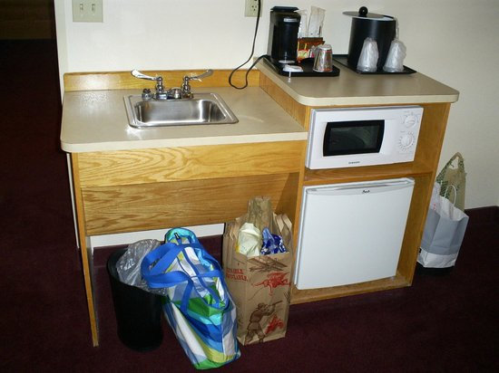Country Inn & Suites By Carlson, Cortland : kitchenette