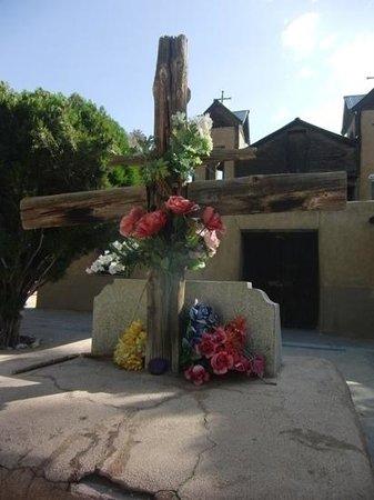 Sanctuario de Chimayo: Cross in sanctuary plaza