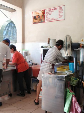 Restoran Xin Quan Fang: Busy preparing the food