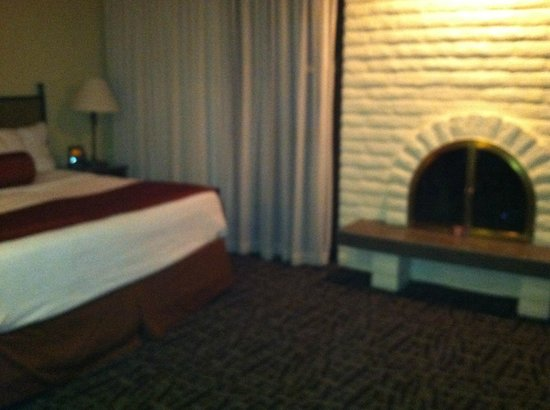 Best Western Plus Arroyo Roble Hotel & Creekside Villas: Master bedroom w/fireplace