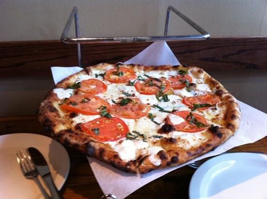 Max & Leo's Artisan Pizza: margherita pizza