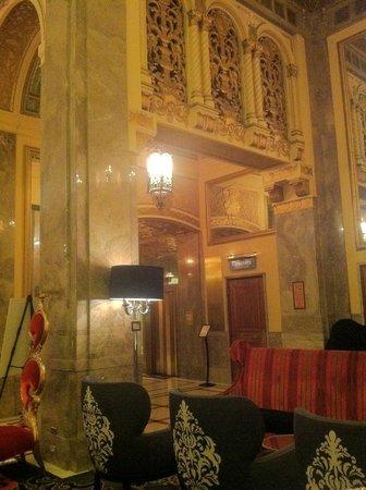 Kimpton Sir Francis Drake Hotel: Elevator lobby