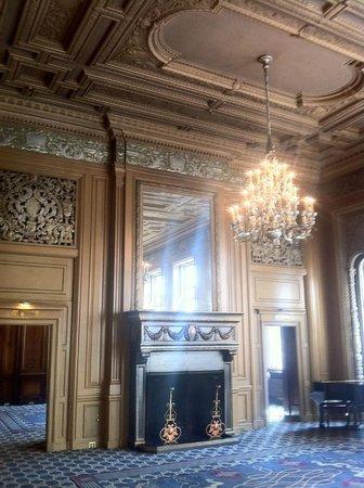 Kimpton Sir Francis Drake Hotel: Mezzanine fireplace.