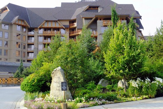 Four Seasons Resort and Residences Whistler: Entry to the hotel.