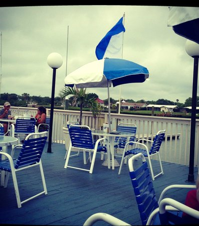 The Pub Waterfront Restaurant & Lounge : The outside deck