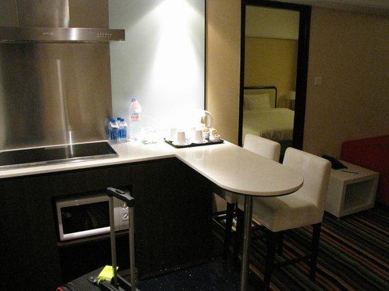 Panda Hotel: Room 1428 common area/kitchen