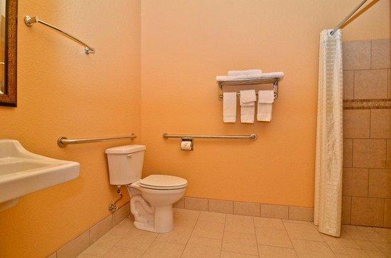 HiWay Inn Express Hotel & Suites of Broken Bow: Guest Bathroom
