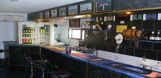 Woomera Traveller's Village & Caravan Park: Cudgee Bar (on-site). Open daily
