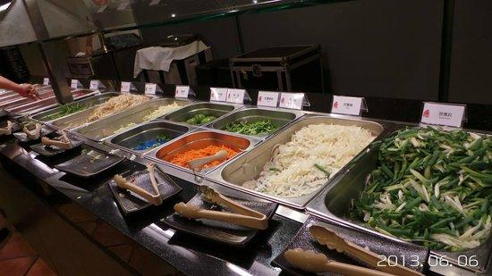 Tien Lai Resort & Spa : 蒙古烤肉夾菜區