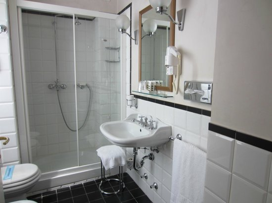 Mercure Milano Centro: Spacious bathroom