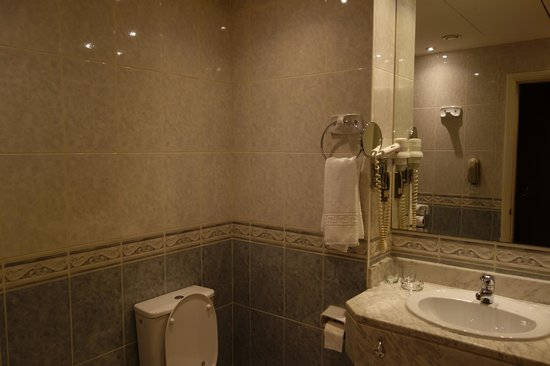Abjar Grand Hotel: Bathroom is a little old, too bad I didn't took a picutere of the floor