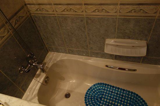 Abjar Grand Hotel: The bath