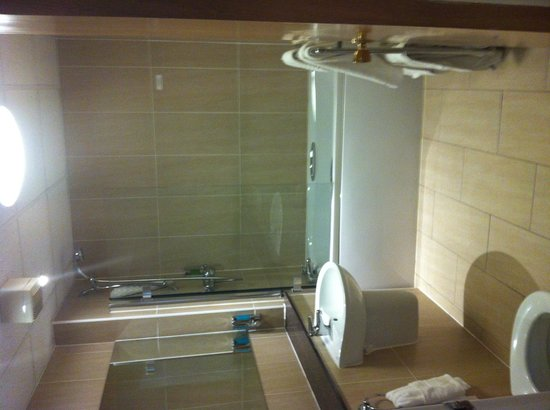 Best Western Dundee Invercarse Hotel: Large, modern  bathroom