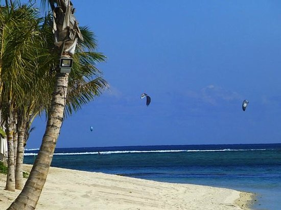 The St. Regis Mauritius Resort: Kite surfers in front of the hotel