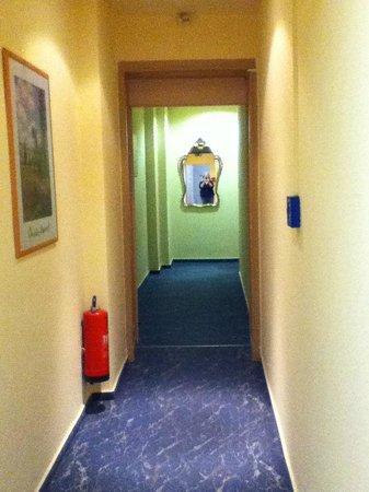Hotel Carmer 16: Corridor.  Very narrow.