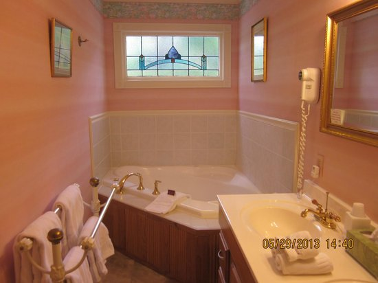 Arsenic and Old Lace Bed & Breakfast Inn: Two person jetted tub in Monet Room