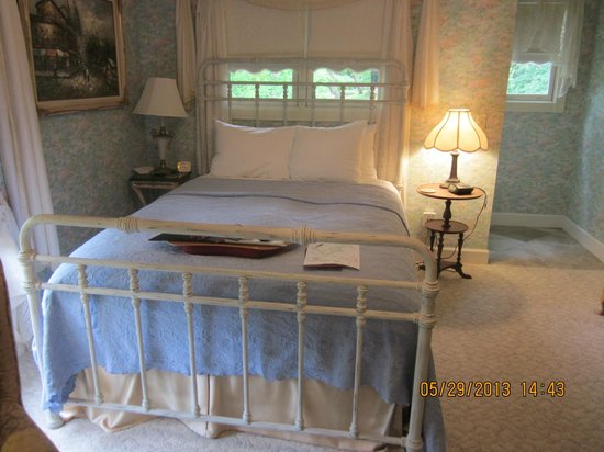 Arsenic and Old Lace Bed & Breakfast Inn: Monet Room