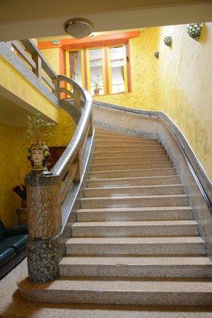 Les Arcades le Lion d'Or : Escalier ver la réception