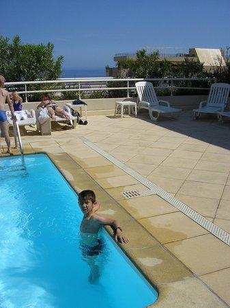 Adagio Monaco Palais Josephine Aparthotel: piscine sur le toit avec vue mer