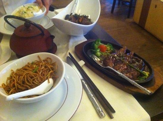 Zen Garden Restaurant : Aiguillettes de canard, nouilles, boeuf sauté et riz cantonais
