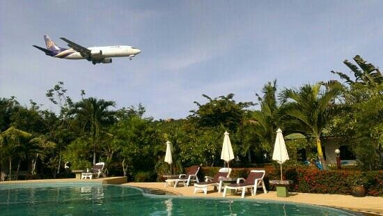Samui Mermaid Resort: airplanes so close, you feel like you can touch them
