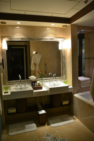 The Ritz-Carlton Abu Dhabi, Grand Canal: Baño
