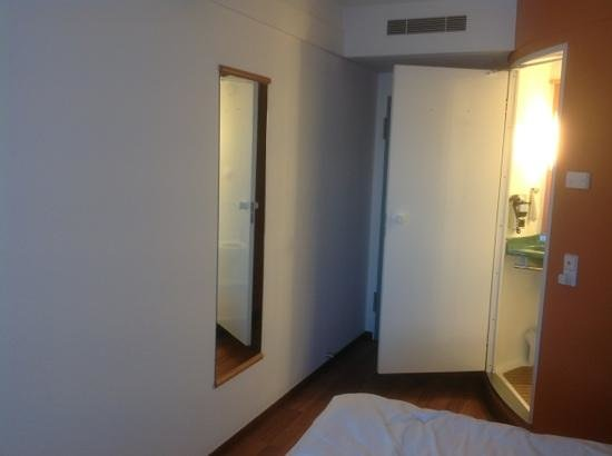 Ibis Berlin City Potsdamer Platz: bedroom with full length mirror and bathroom on the right