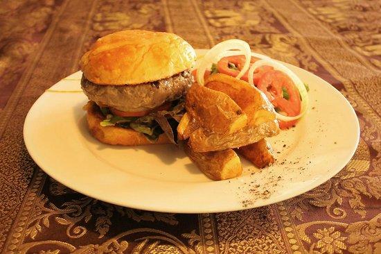 Manohra Cozy Restaurant : 200gr homemade beef burger
