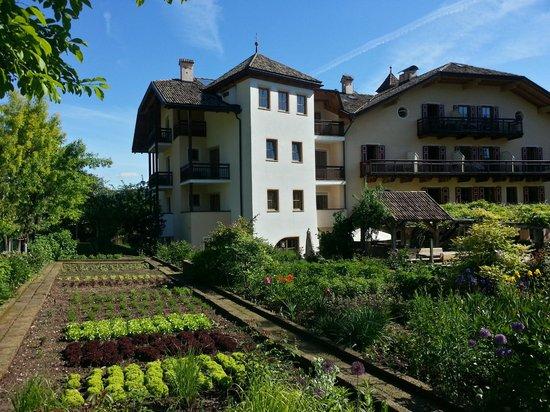 Hotel Weingut Stroblhof: In primo piano l'orto per il ristorante...