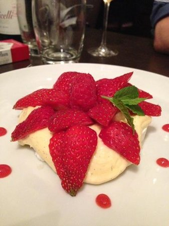Les Bistronomes: meringue Palvlova et ses fruits rouges