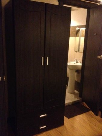 D'Leonor Hotel: cabinet and bathroom view