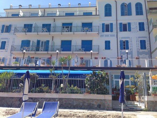 Hotel La Balnearia: Ansicht des Hotels vom Meer aus