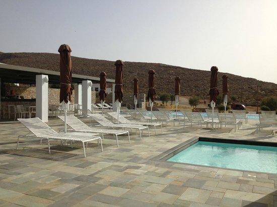 أنيمي هوتل: View by the pool