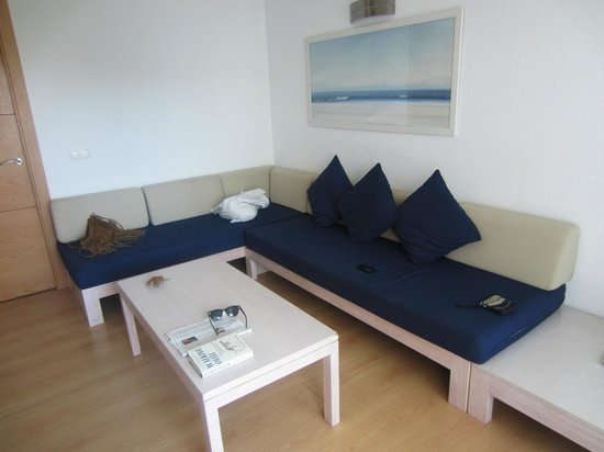 Ferrera Beach Apartments: lovely area to sit in, simple