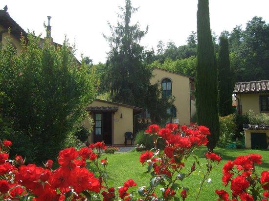 Le Valli: zijzicht vanaf La Glicine op de receptie en mooie woning van de fa. Bracci