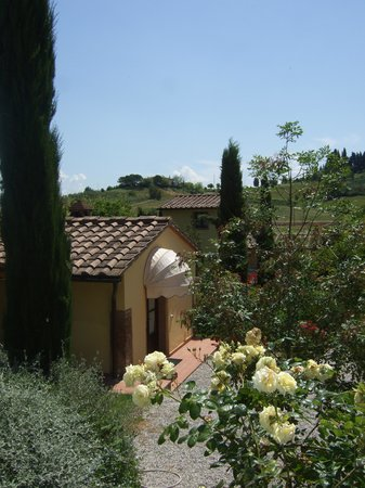 Le Valli: uitzicht vanaf de wijnvelden op de agriturismo