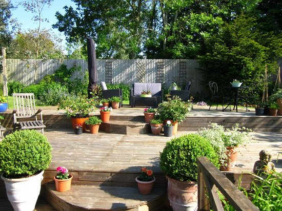 Criers Croft: Seating area in the garden