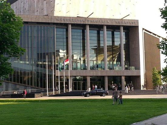 Palacio de las Artes (Muveszetek Palotaja): Front View
