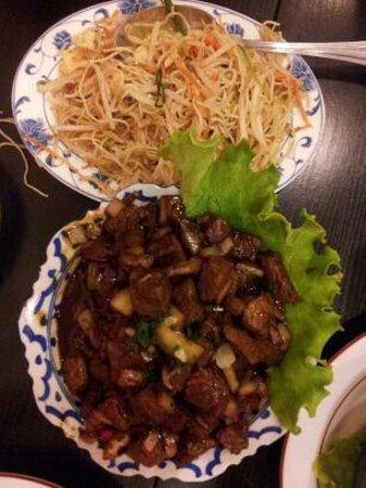 Le Panier D'or : boeuf thai et nouilles sautées nature, un délice.