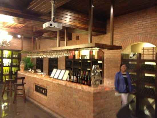 Amethyst Manor Winery: The underground wine tasting area