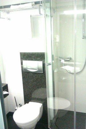 IntercityHotel Nurnberg: Sauberes und modernes Bad
