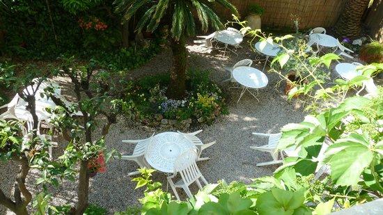 Hotel Edward's: Blick auf den Garten: dort wird Frühstück serviert