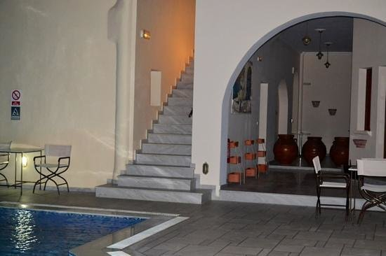 Epavlis Hotel: Pool area by night