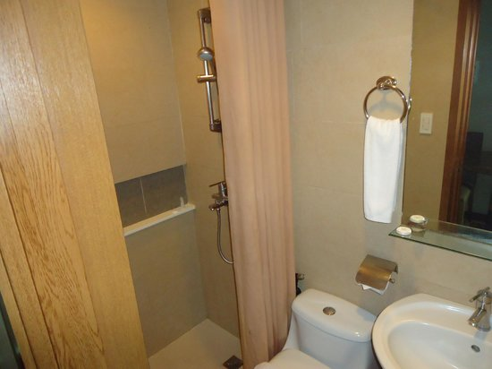 One Tagaytay Place Hotel Suites: Bathroom
