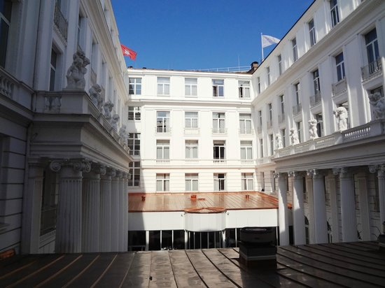 Hotel Atlantic Kempinski Hamburg: Blick in den Innenhof