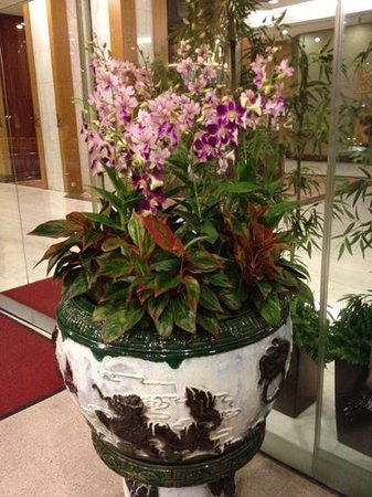 Riverview Hotel Singapore: flowers at the hotel enterance