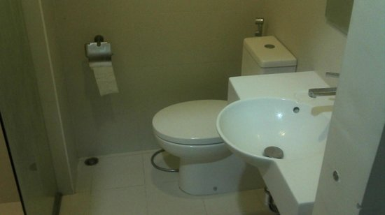 Red Planet Makati, Manila: bathroom has everything you need and very comfortable