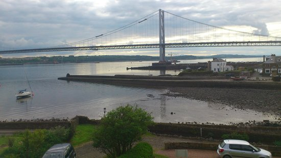 Northcraig Cottage B&B : Great view of the Forth road bridge from bedroom window