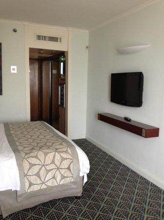 Renaissance Tel Aviv Hotel: Bedroom facing entrance