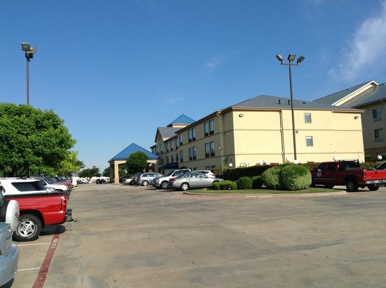 Best Western Plus Denton Inn & Suites: parking lot